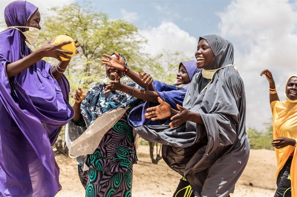 Gruppo di studentesse del Centro di Alfabetizzazione di Tchétchéno (Nguigmi), mentre partecipano alle attività ricreative/sportive organizzate dal progetto finanziato da AICS - ApsatouBagaya/COOPI