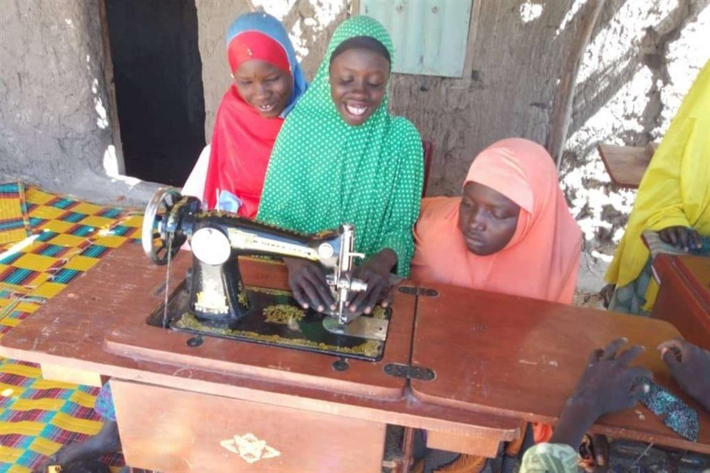 Sfollata di Mourtachi, mentre impara l'arte del cucire grazie alle attività proposte dal progetto con le sue compagne di corso. - ApsatouBagaya/COOPI