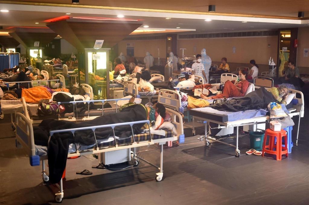 Si stanno disponendo posti letto di emergenza in molte città dell'India ma sembrano non bastare mai - Ansa