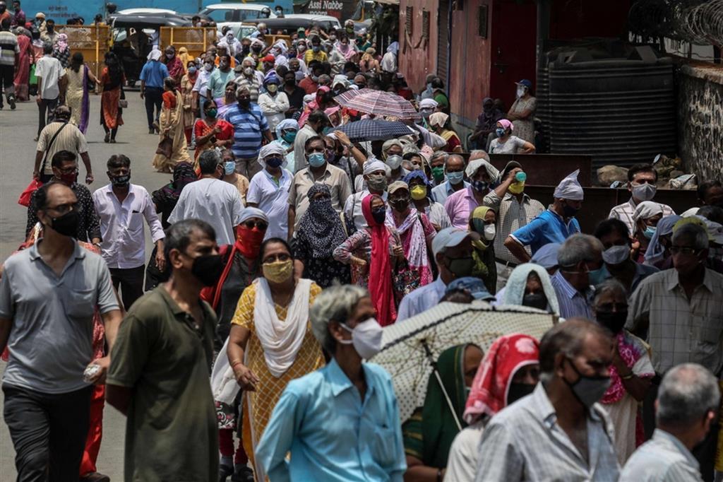 Folla a un centro vaccinale - Ansa