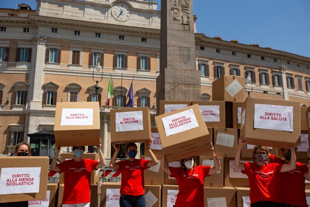 Il flash-mob di ActionAid davanti a Montecitorio per chiedere diritti essenziali anche per chi non può iscriversi all'anagrafe