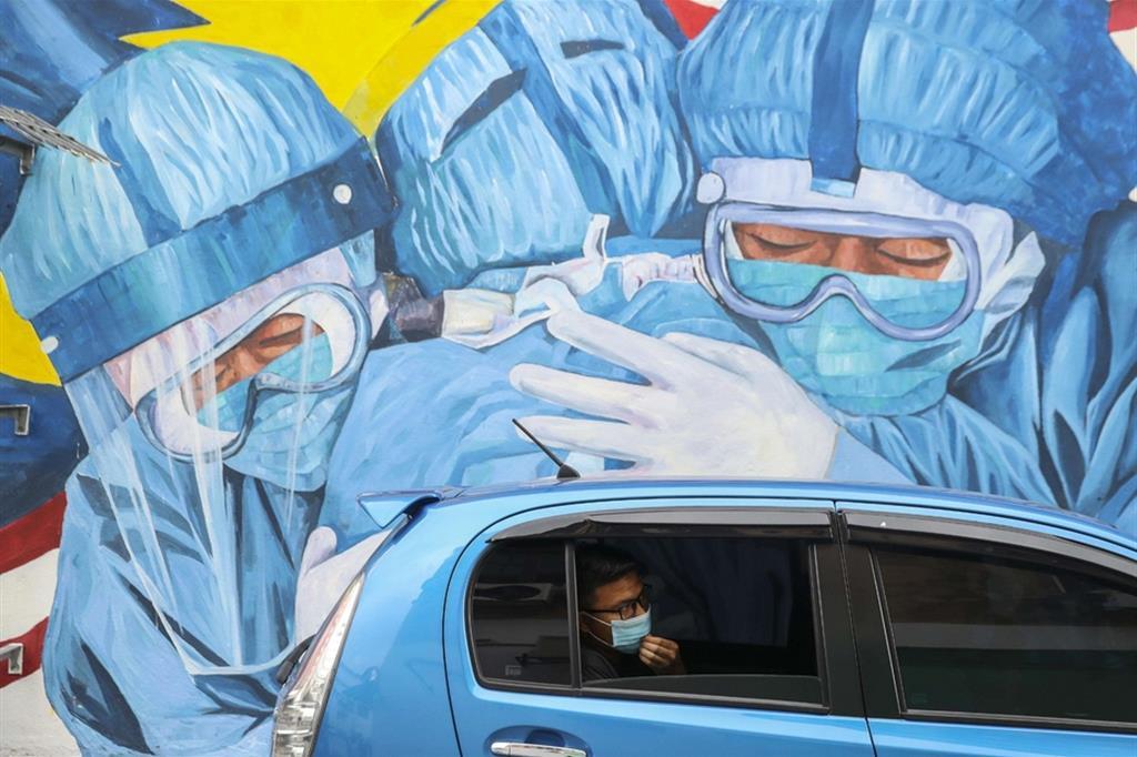 Mattarella: investire su Ssn. Il Papa: la dedizione è un vaccino