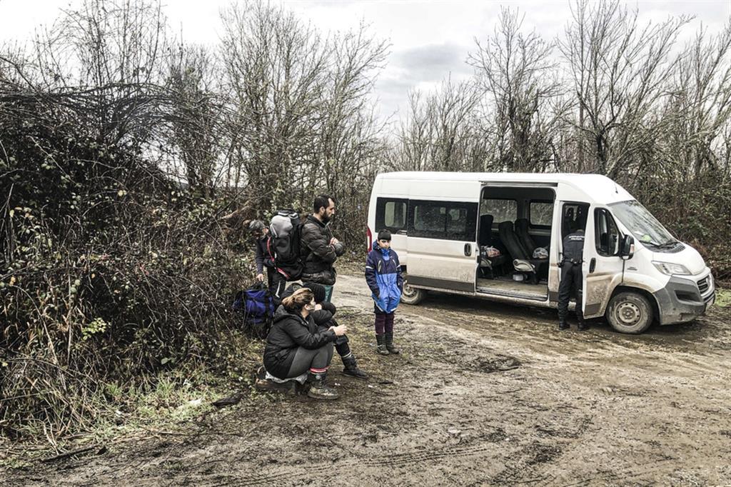 Una famiglia di migranti catturata dalla polizia croata in una zona boscosa disseminata di mine