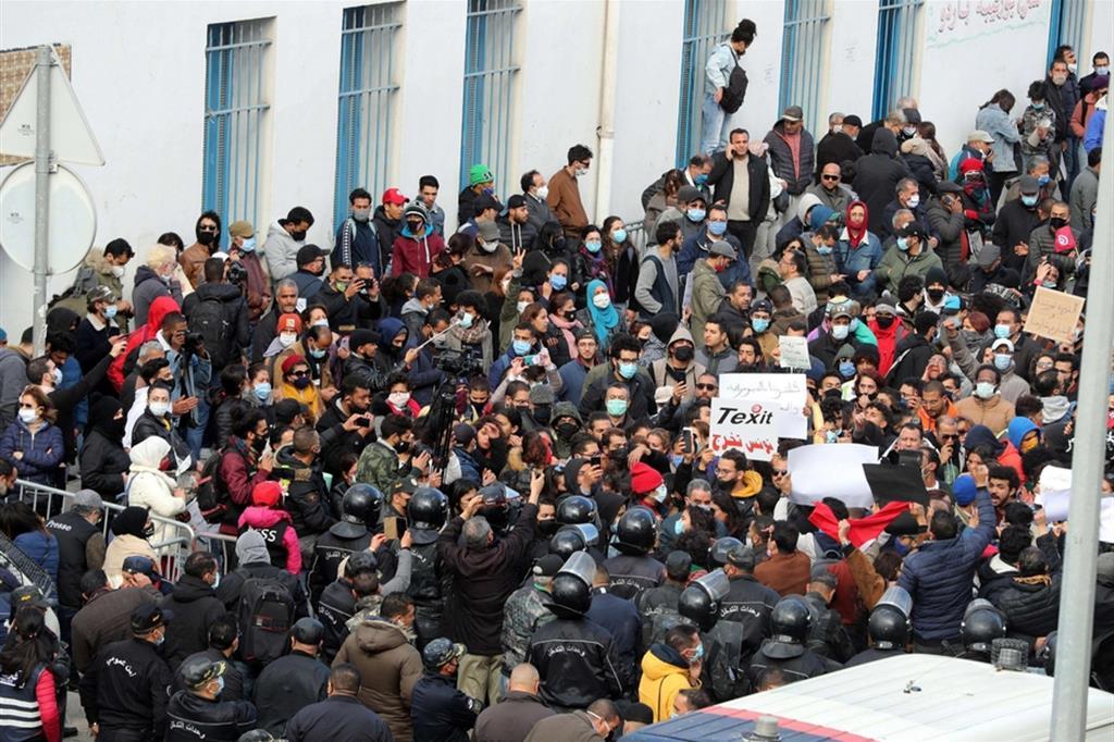 Le proteste nella zona del Parlamento a Tunisi