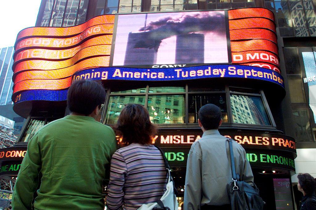 Le Twin Towers crollarono in diretta televisiva mondiale. I telegiornali di quei momenti riportano la voce scioccata dei giornalisti, le urla della gente che scappa, l'incredulità dei presenti. Su molti canali i programmi Tv vennero interrotti per dare la notizia. In Italia, ad esempio, molti bambini videro le immagini delle Torri perché una puntata della Melevisione venne improvvisamente interrotta per un'edizione speciale del Tg3. Nelle foto: persone che guardano in diretta le torri gemelle da Times Square l'11 settembre 2001. - Reuters