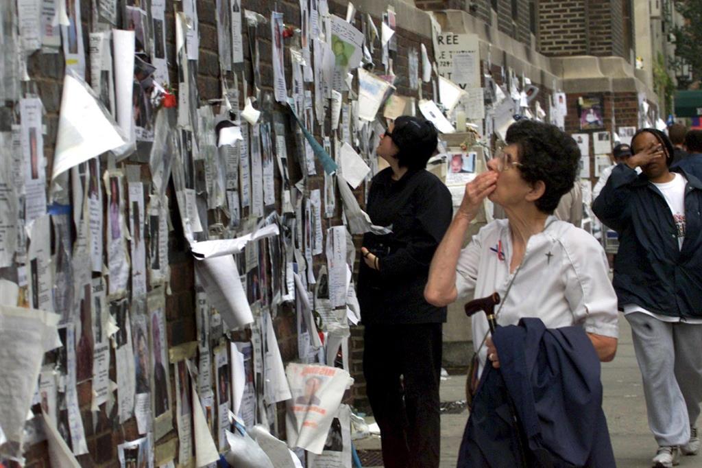 """Le vittime degli attentati dell'11 settembre furono 2.977, più i 19 dirottatori. Negli schianti al World Trade Center rimasero uccise 2.753 persone. Alcuni si lanciarono dalle finestre degli edifici, come testimoniato dalla foto """"The falling man"""", l'immagine forse più drammatica di quella giornata. Si stima che le persone presenti nelle torri fossero circa 17.000. Delle vittime al Wtc, 343 furono vigili del fuoco, molti dei quali arrivati sul luogo prima del crollo definitivo delle torri. Le vittime al Pentagono furono 183, mentre sul volo United Airlines 93, che si schiantò in Pennsylvania, furono 40. I resti trovati al Ground Zero (oggi si chiama così il sito dove si trovavano le torri gemelle) continuano ad essere identificati nel tempo, anche ad anni di distanza dall'attentato. Ad ottobre 2019 si calcolava che le vittime identificate fossero 1645, il 60% delle 2753 registrate. In foto:  immagini dei dispersi e delle vittime dell'11 settembre 2001. - Ansa"""