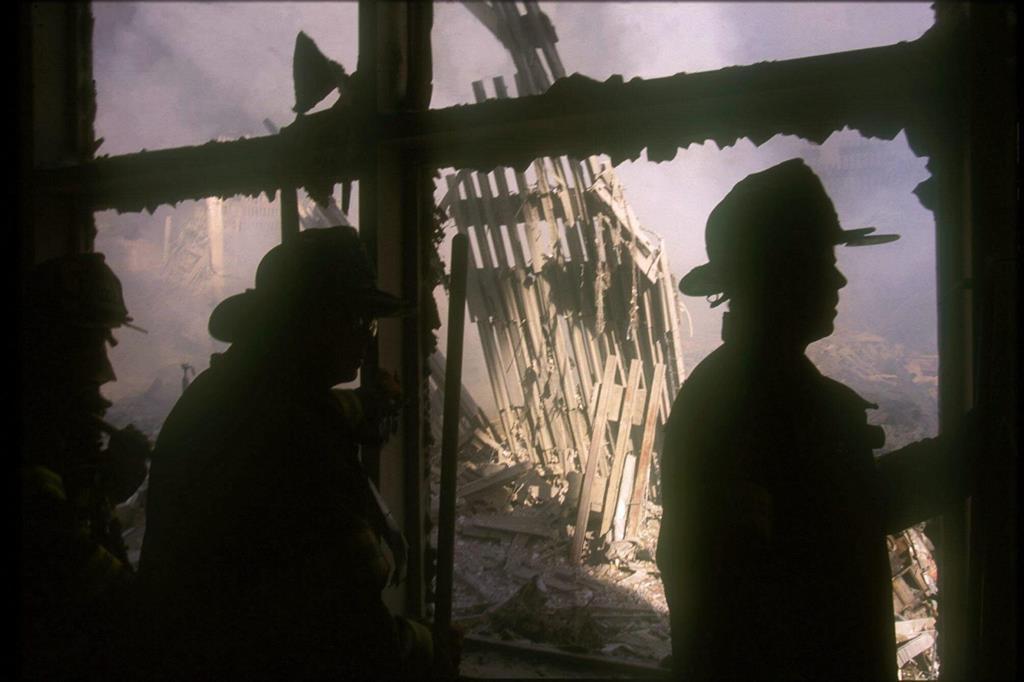 """L'ultimo detrito del World Trade Center venne portato via il 30 maggio 2002, 9 mesi dopo gli attentati. Ogni anno questo giorno viene celebrato per ricordare le migliaia di persone, professionisti e volontari, che aiutarono nei lavori per sgombrare l'area. Alcuni detriti hanno avuto negli anni una destinazione particolare. Un esempio: alcuni ingegneri che lavorano con la Nasa hanno trasformato un pezzo di alluminio recuperato al World Trade Center in alcuni scudi usati su due rover inviati su Marte per svolgere alcune ispezioni (i rover """"Spirit"""" e """"Opportunity""""). Sugli scudi sono state disegnate alcune bandiere americane. La notizia è stata diffusa nel 2004. In foto: alcuni vigili del fuoco lavorano al sito del World Trade Center. - Ansa"""