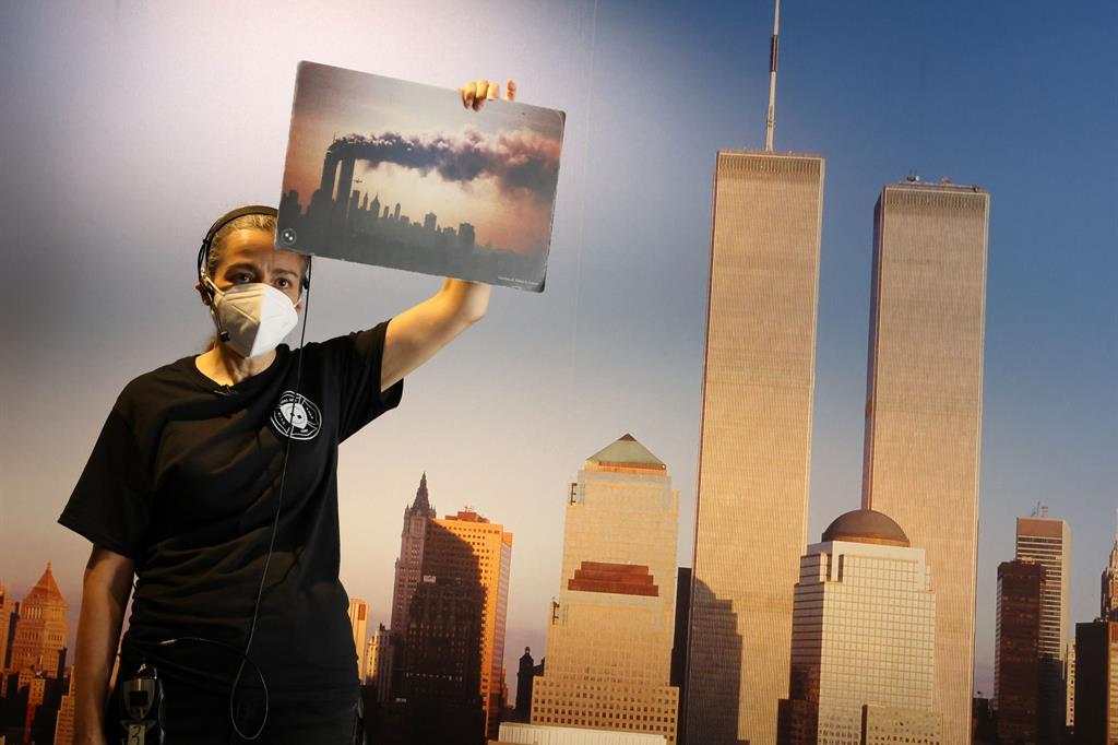 In foto: un'immagine delle Torri Gemelle pochi istanti prima dell'impatto con il secondo aereo. - Reuters
