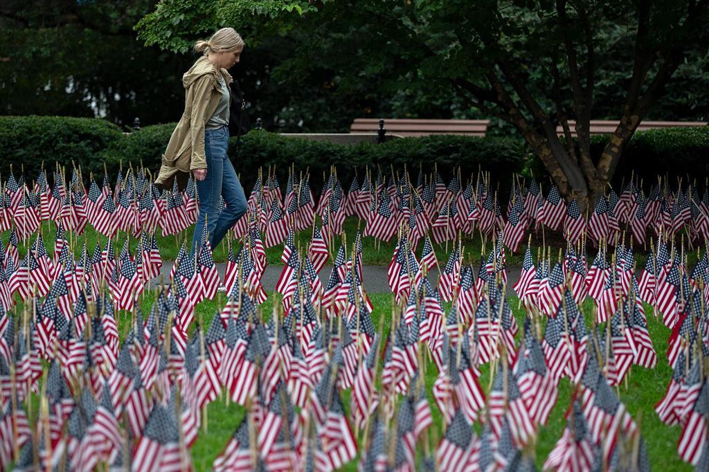 In foto: centinaia di bandiere americane piantate in un giardino per commemorare l'11 settembre 2001, a Boston. - Ansa