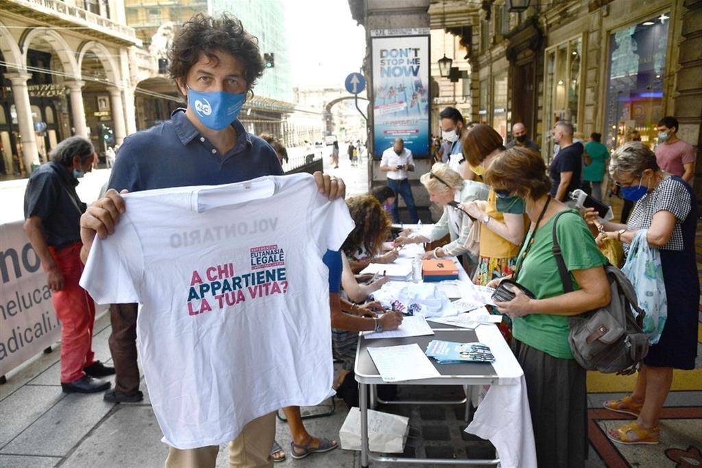 La campagna radicale per la raccolta delle firme a favore dell'eutanasia legale