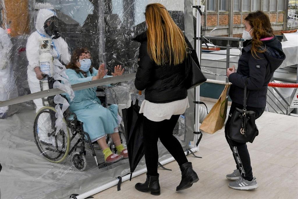 L'ospedale Cotugno di Napoli apre la stanza degli abbracci
