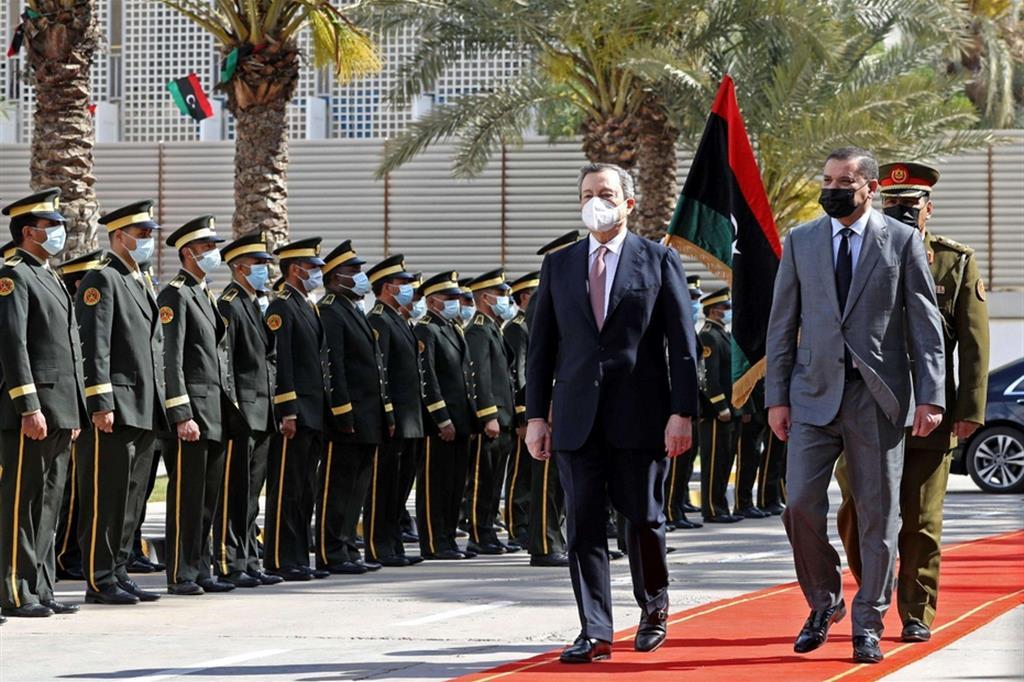 I due primi ministri, Mario Draghi e Abdul Hamid Dbeibah, passano in rassegna il drappello d'onore.