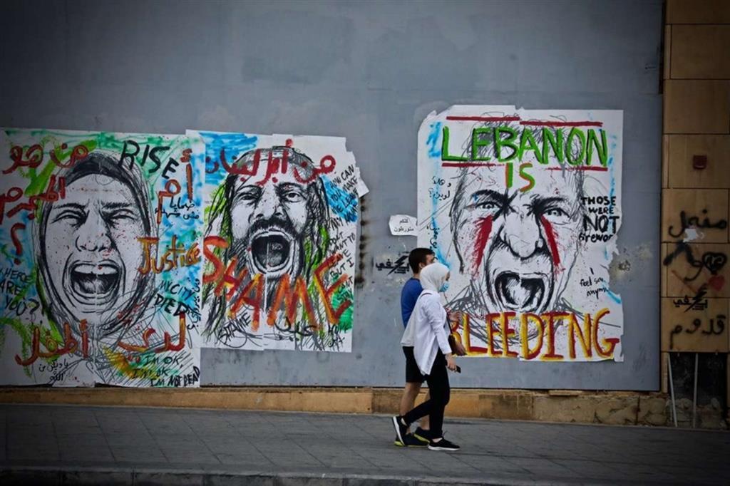 Manifesti nel centro di Beirut esprimono la rabbia della popolazione provata dalla crisi