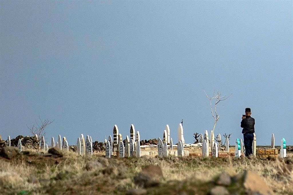 Un cimitero  vicino a Qahtaniyah nella provincia nord-orientale siriana di Hassaké: quasi 400mila i morti nella guerra dal 2011