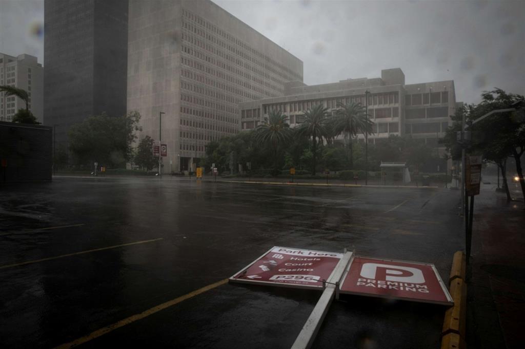 Un cartello stradale abbattuto dall'uragano Ida a New Orleans, in Louisiana - Reuters