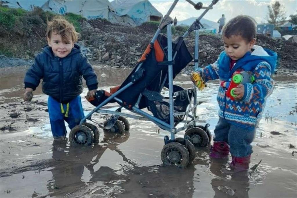 Nei racconti dei genitori il calvario dei 2.500 piccoli che vivono nei campi profughi dell'isola