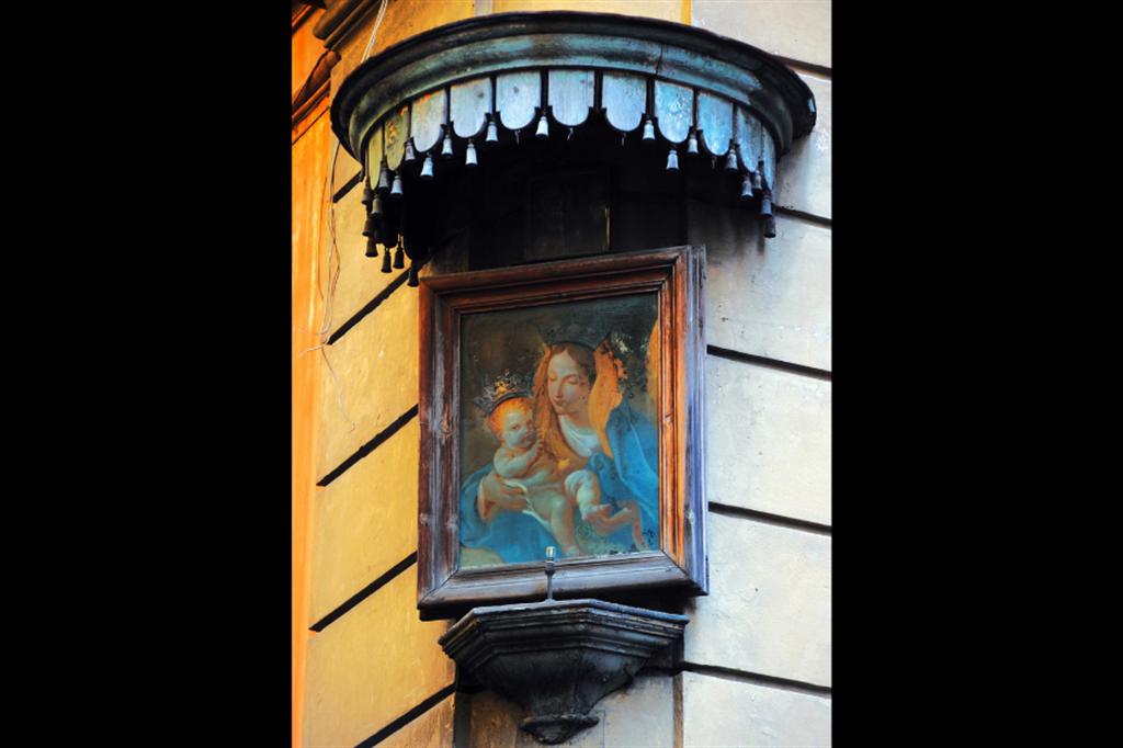 Madonna col Bambino, affresco del XVII secolo, via del Gesa, rione Pigna, Roma - Siciliani