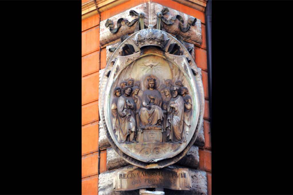 Regina Apostolorum, bassorilievo del XIX secolo, via dell'Umiltà, angolo via di San Marcello, rione Trevi, Roma - Siciliani