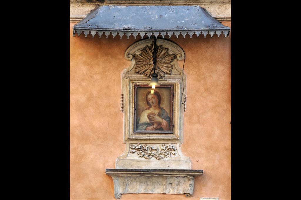 Madonna annunciata, XVII secolo, via delle Botteghe oscure, rione Sant'Angelo, Roma - Siciliani