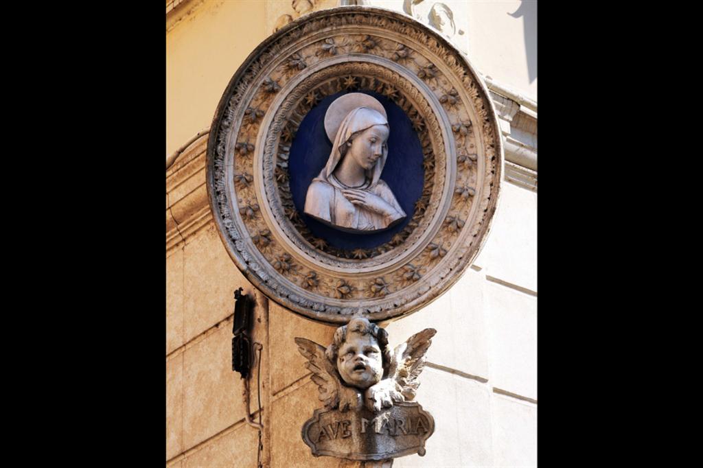 Madonna in ceramica del XIX secolo, piazza Madonna dei Monti, angolo via dei serpenti, rione Monti, Roma - Siciliani