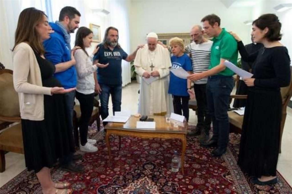 Il Papa prega con i membri dell'associazione francese Lazare