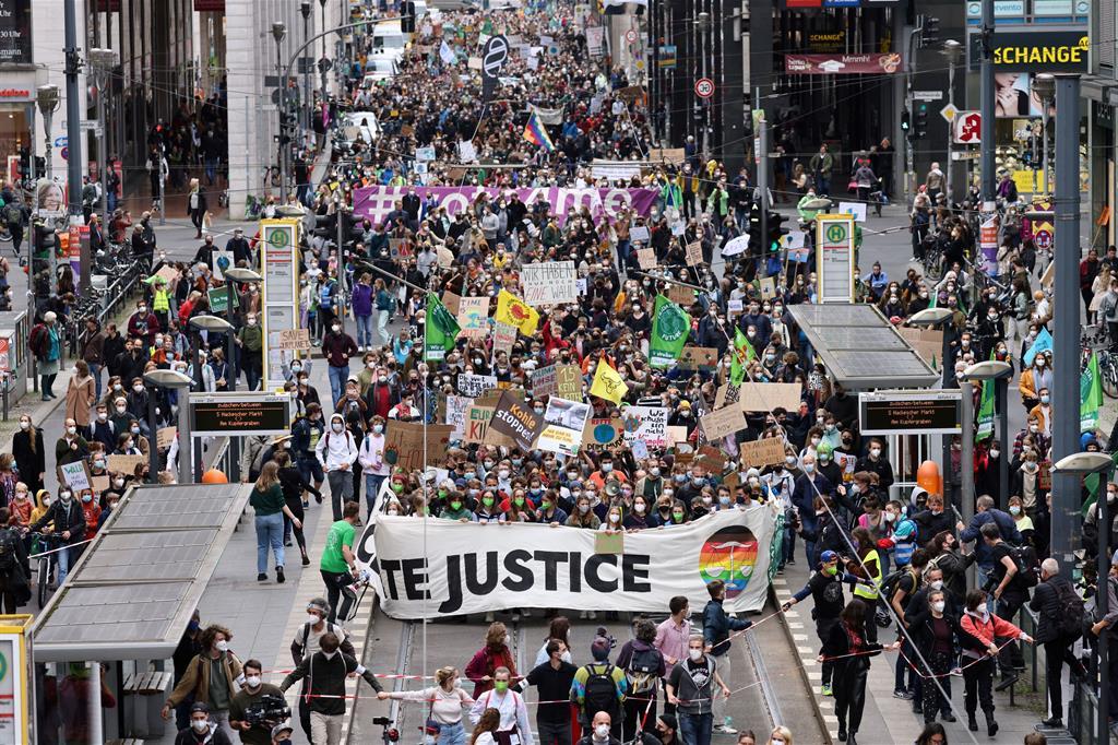 Giovani scendono in piazza a Berlino, in Germania - Reuters