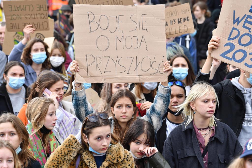 Giovani scendono in piazza a Varsavia, in Polonia - Ansa