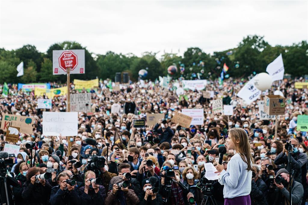 Giovani che manifestano a Berlino, in Germania. Con loro, sul palco, Greta Thunberg - Ansa