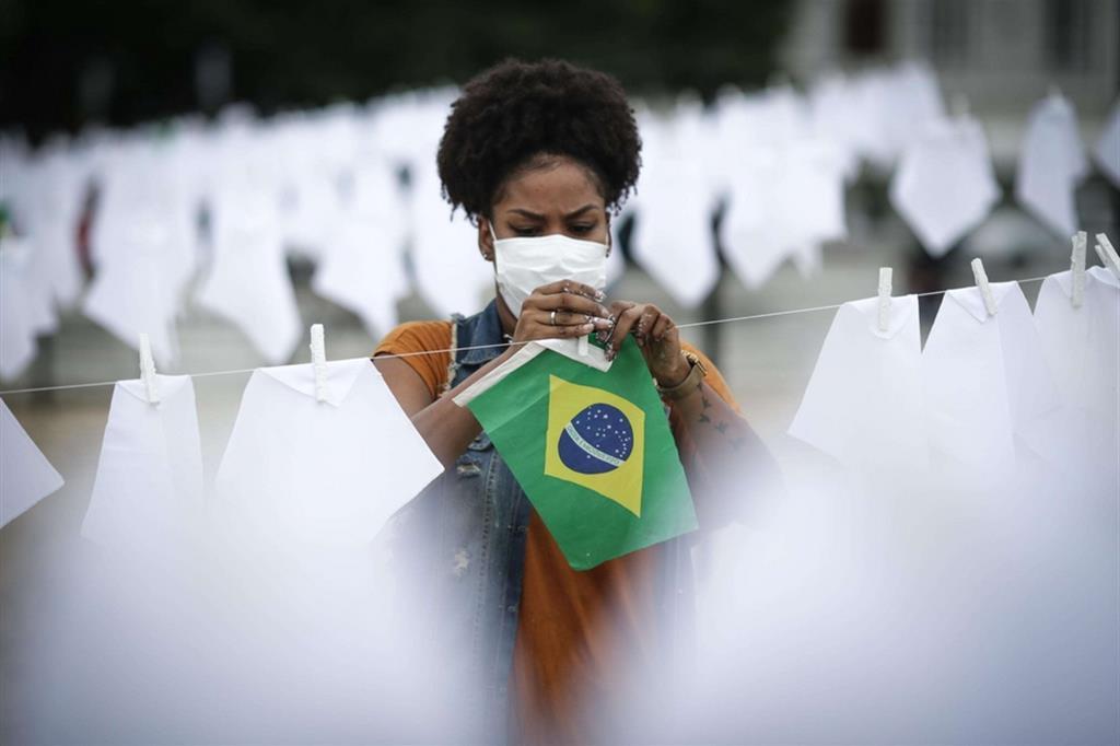 """I 600 fazzoletti sono stati messi sulla sabbia per asciugare """"le lacrime perdute"""" dai parenti delle persone decedute dal marzo 2020 - Ansa"""