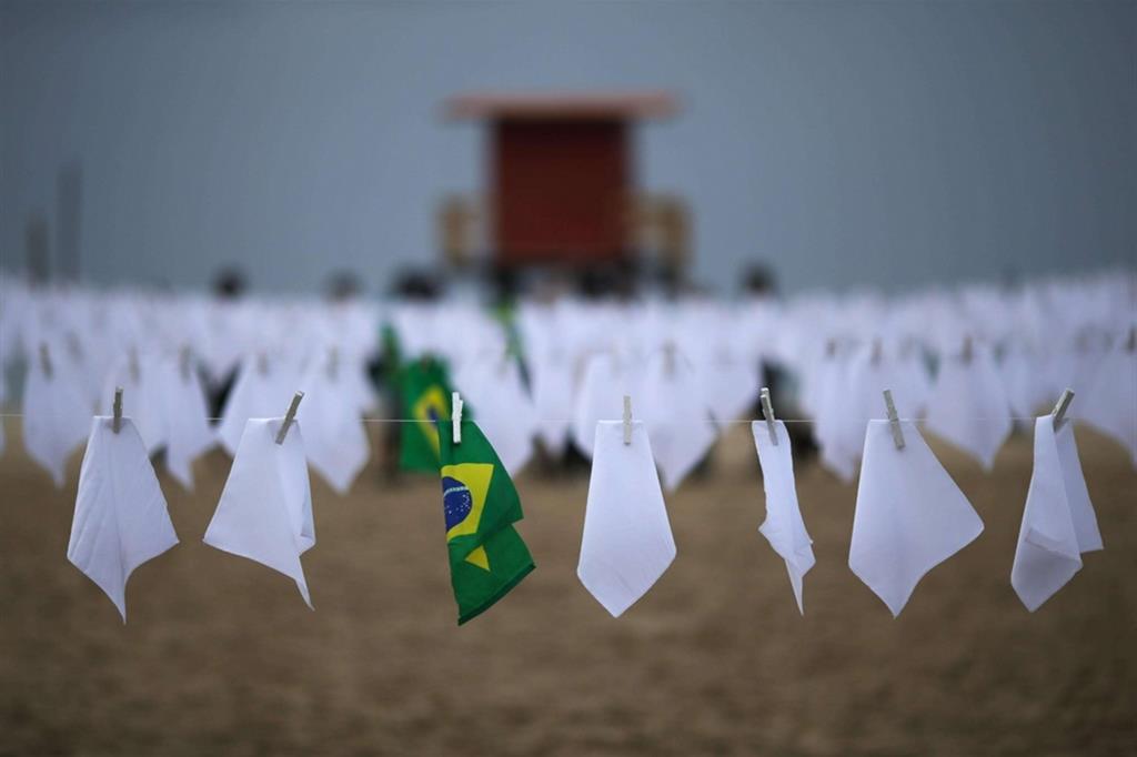 """Insieme ai fazzoletti, sono state collocate bandiere brasiliane e una coperta con la domanda: """"Chi è responsabile di questa tragedia?"""" - Ansa"""