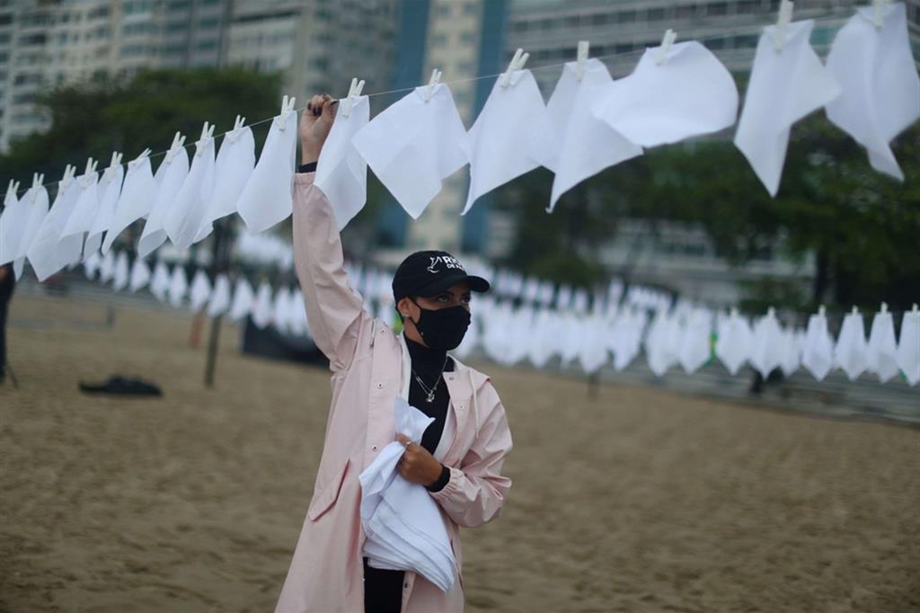 I fazzoletti saranno consegnati il 19 ottobre alla Commissione parlamentare d'inchiesta (Cpi) sulla pandemia istituita ad aprile al Senato. - Reuters