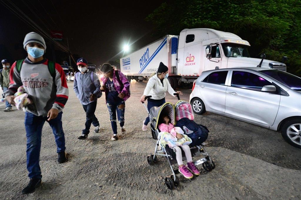 Il raduno dei migranti a San Pedro Sula: sono arrivati ieri da tutto il Paese per partire in gruppo verso el Norte - Ansa