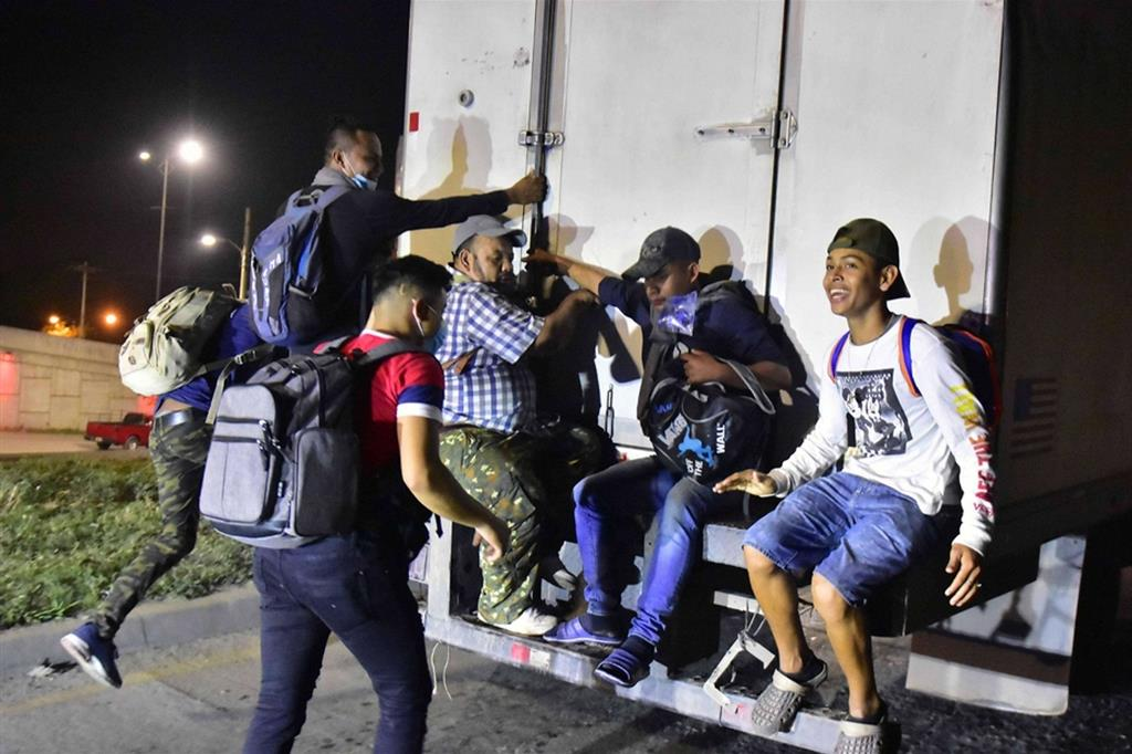 Non è stato facile per tanti raggiungere San Pedro: le persone con meno mezzi si sono ingegnate chiedendo un passaggio agevolato - Ansa