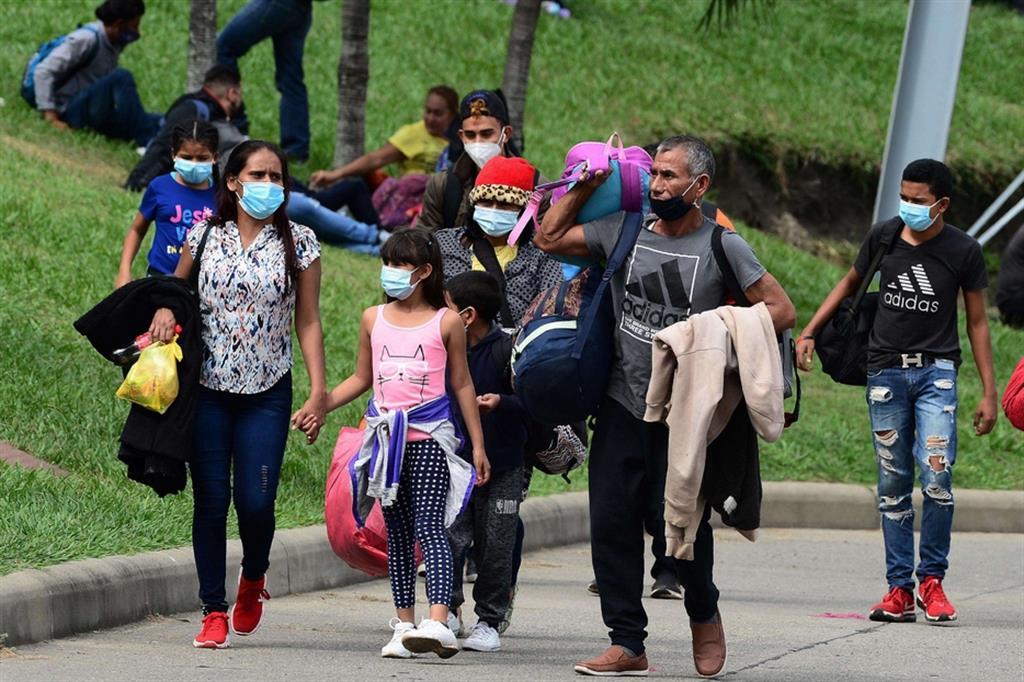 Man mano che il cammino procede cresce la stanchezza anche a causa della pressione delle forze dell'ordine per fermare i migranti - Ansa