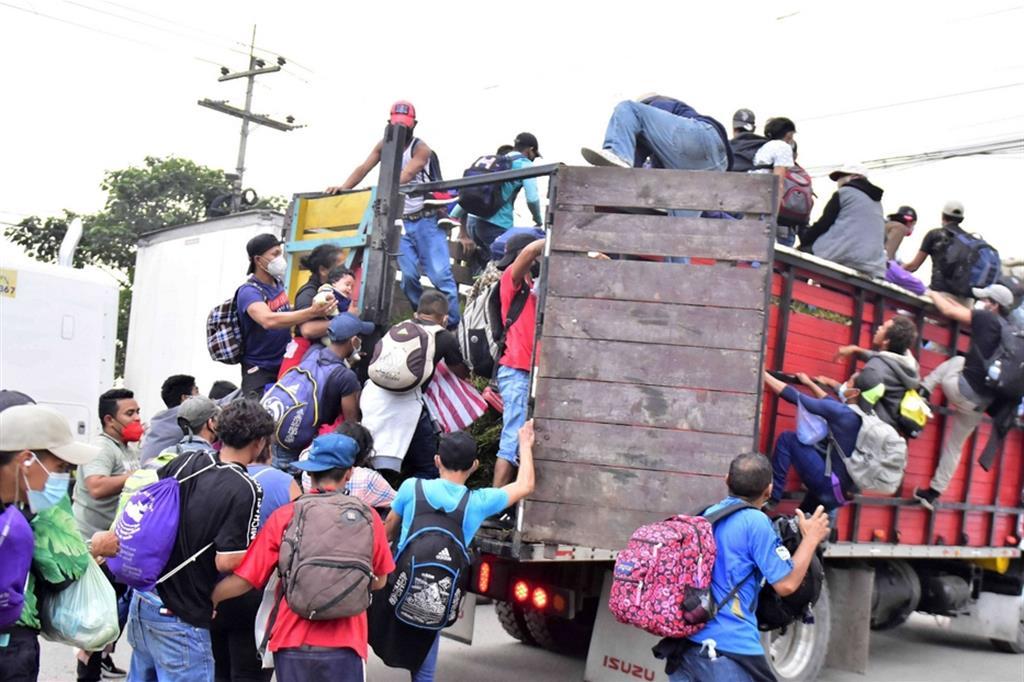 I migranti viaggiano su bus sovraccarichi per risparmiare almeno fino al confine messicano quando dovranno scegliere modi meno visibili per sfuggire alla polizia - Ansa