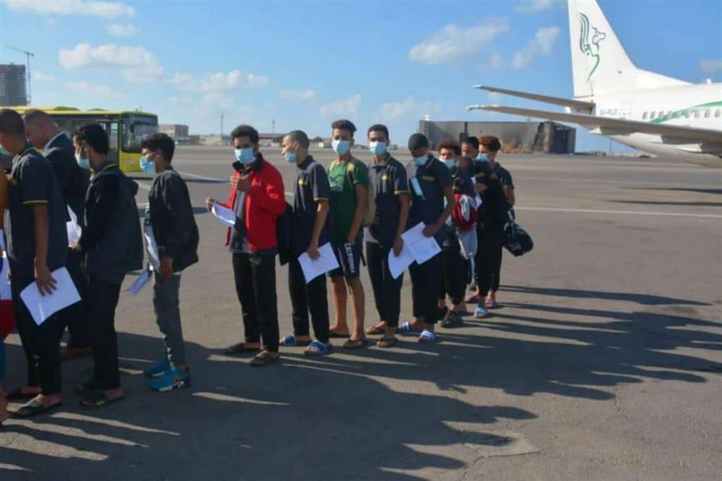 I giovanissimi migranti egiziani rimpatriati dalle autorità libiche con le maglie della Guardia di Finanza italiana - Twitter ministero dell'Interno egiziano (@moi.gov.ly)