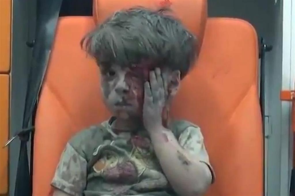 Paura - Omran aveva 5 anni il 17 agosto 2016 quando fu ritratto su una ambulanza - Ansa