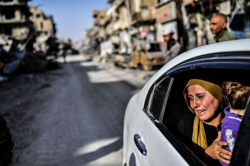 Madre e figlio lasciano la loro casa a Raqqa nel 2017 - Ansa