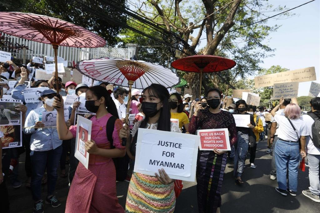 La protesta contro il colpo di Stato militare del primo febbraio in Myanmar si diversifica, coinvolgendo sempre più la popolazione e sfidando la legge marziale - Ansa