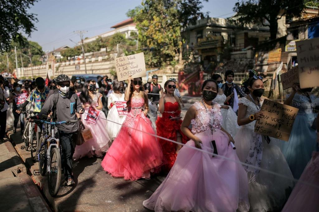 A Yangon, la capitale economica, a protestare sono anche le «principesse», ragazze scese in piazza abbigliate con abiti lunghi di tulle e il corpetto di fiori - Reuters
