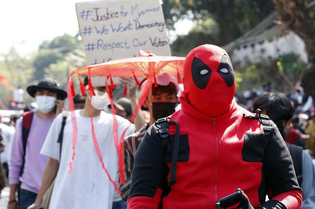 Questo dimostrante in maschera per le strade di Yangon non potrà venire accusato di sedizione: una forma di resistenza passiva non violenta che sfida la repressione - Ansa