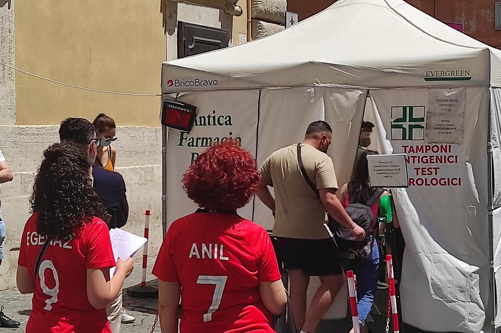 Tifosi in fila per il tampone prima della partita allo stadio Olimpico - Agnese Palmucci