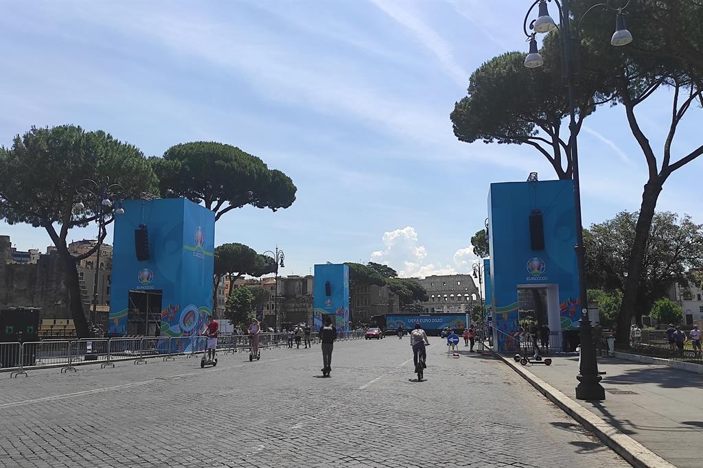 Maxischermo in allestimento a via dei Fori imperiali (Roma) - Agnese Palmucci