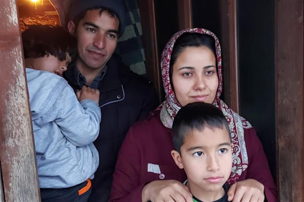Una famiglia di profughi afghani. Vivono nascosti in un casolare abbandonato in Bosnia. Sono stati respinti alla frontiera croata