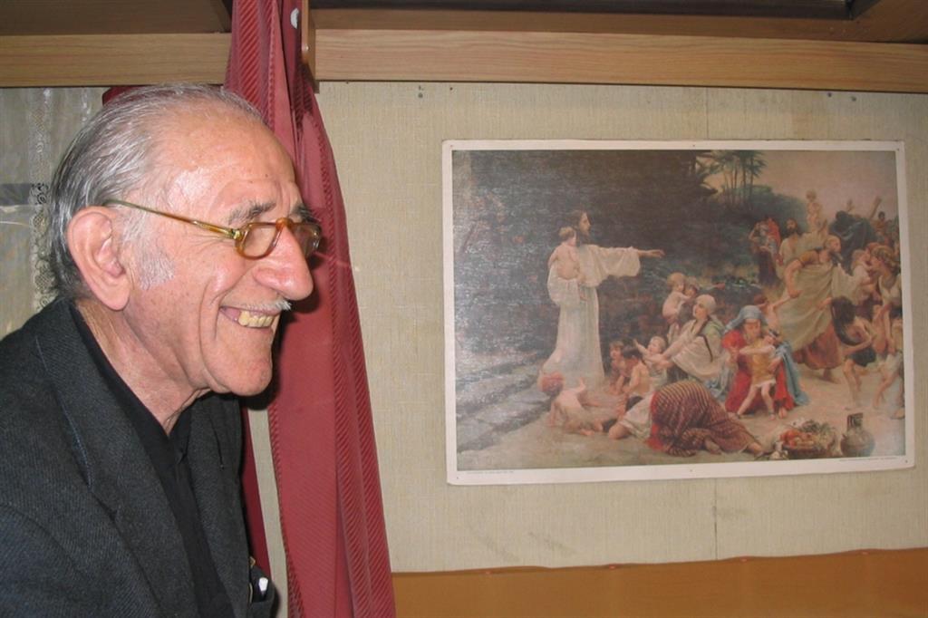 Un'immagine sorridente di don Mario Riboldi