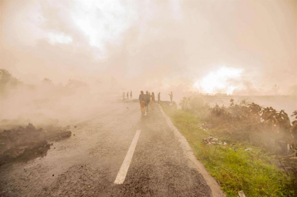 In fuga attraverso il fumo, domenica 23, dopo l'eruzione del vulcano Nyiragongo, nel Parco nazionale Virunga nell'est della Repubblica democratica del Congo