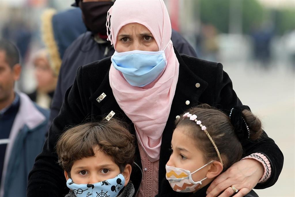 La Tunisia è ripiombata da giorni nell'emergenza dopo che nello scorso inverno il Paese aveva segnato picchi di contagio tra i più alti di tutto il Nordafrica