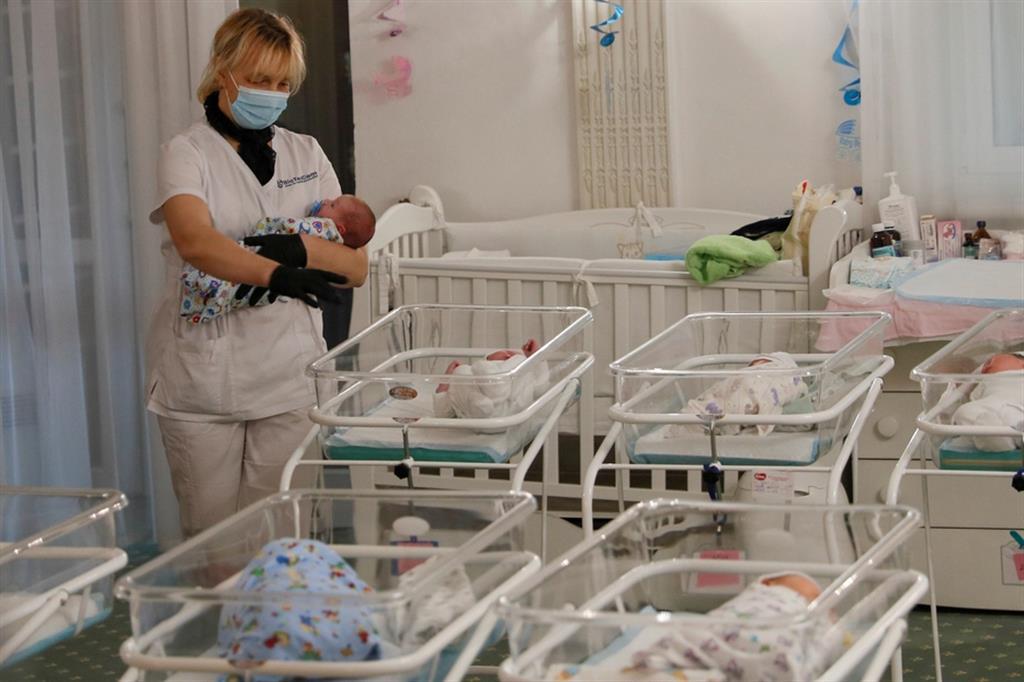 I bambini nati da utero in affitto bloccati in Ucraina per il lockdown nella primavera 2020