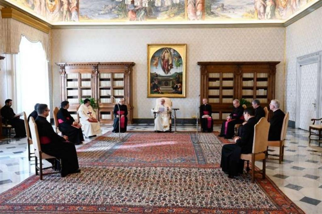 """Il Papa: il dialogo con Dio è una grazia, noi """"zoppichiamo"""" con ogni parola"""