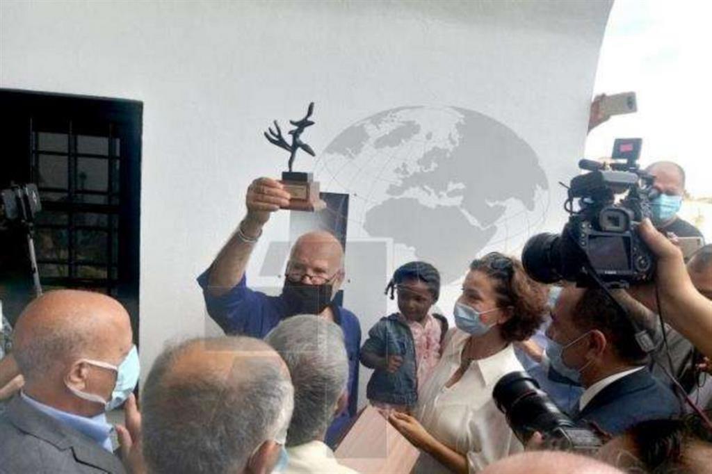 L'artista e finanziatore, Rachid Koraïchi alla cerimonia di inagurazione del Giardino d'Africa. Assieme a lui la direttrice generale dell'UNESCO Audrey Azoulay in visita in Tunisia da lunedì a mercoledì - Délégation de Tunisie à l'UNESCO et à l'OIF /Twitter